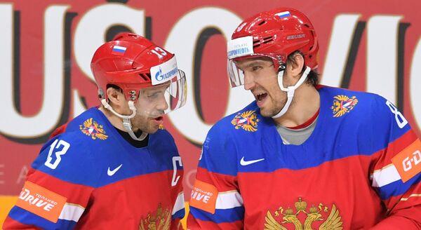 Хоккеисты сборной России Павел Дацюк (слева) и Александр Овечкин