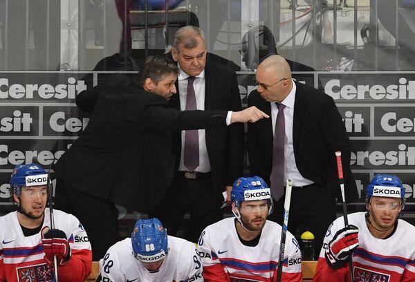 Главный тренер сборной Чехии Владимир Вуйтек (в центре на втором плане)