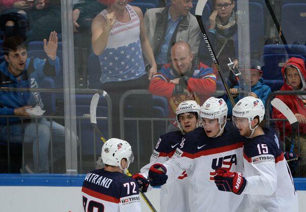 Хоккеисты сборной США радуются забитой шайбе
