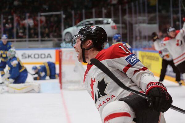 Нападающий сборной Канады Макс Доми радуется заброшенной шайбе