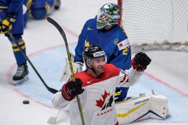 Форвард сборной Канады Бун Дженнер радуется заброшенной шайбе