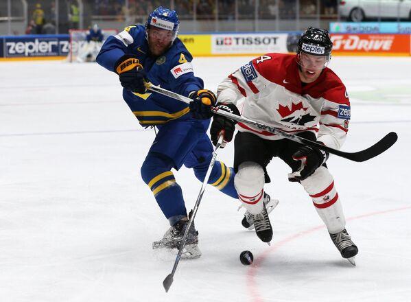 Защитник сборной Швеции Маттиас Экхольм и форвард сборной Канады Тейлор Холл (справа)