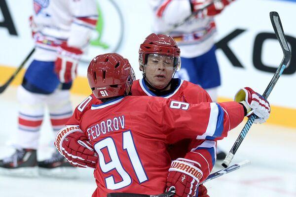 Игроки сборной России Сергей Федоров (слева) и Павел Буре