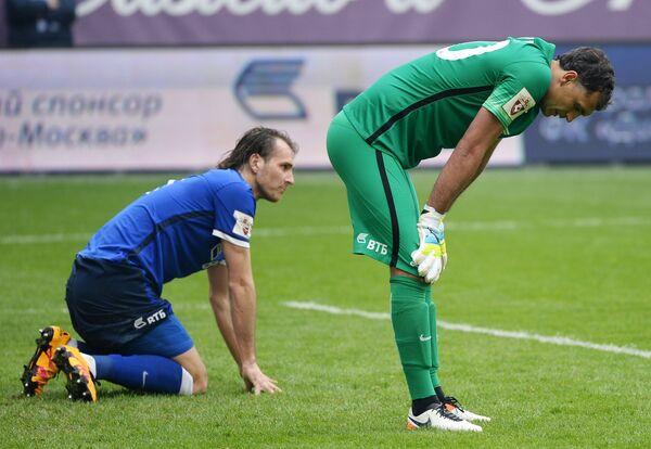 Футболисты Динамо Виталий Дьяков и вратарь Владимир Габулов (справа)