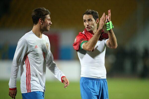 Футболисты сборной России Фёдор Смолов (слева) и Роман Широков