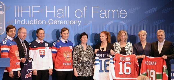 Валерий Каменский (слева) и Сергей Федоров (четвертый слева) на церемонии введения в Зал славы IIHF