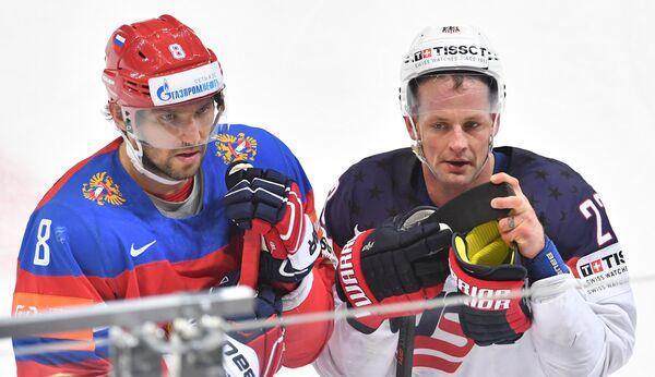 Форварды сборной России Александр Овечкин (слева) и сборной США Мэтт Хендрикс
