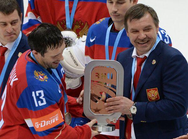 Капитан сборной России Павел Дацюк (слева) и главный тренер сборной России Олег Знарок с кубком за третье место на чемпионате мира по хоккею