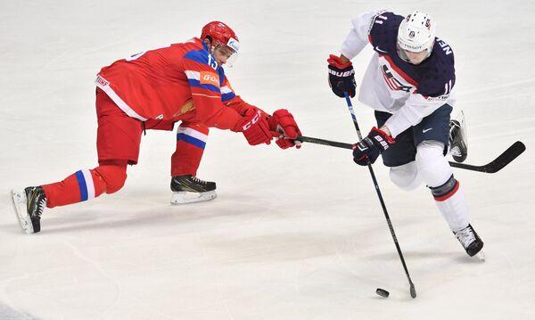 Форварды сборной России Павел Дацюк (слева) и сборной США Брок Нельсон