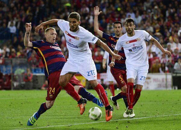 Футболист испанской Севильи Даниэл Каррису (в центре)