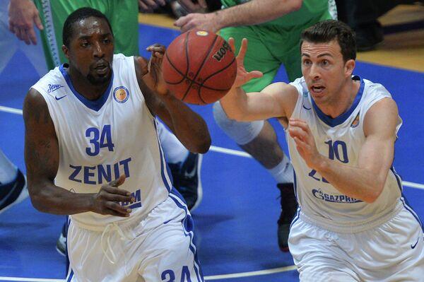 Игроки БК Зенит Омар Томас (слева) и Райан Тулсон