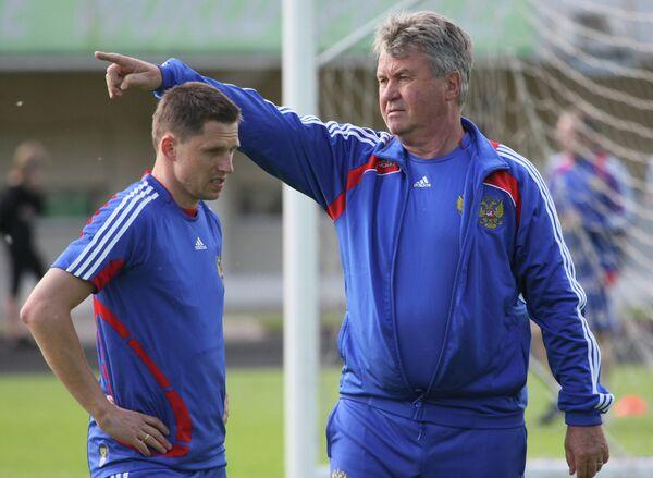 Полузащитник Игорь Семшов и главный тренер сборной России по футболу Гус Хиддинк (слева направо)