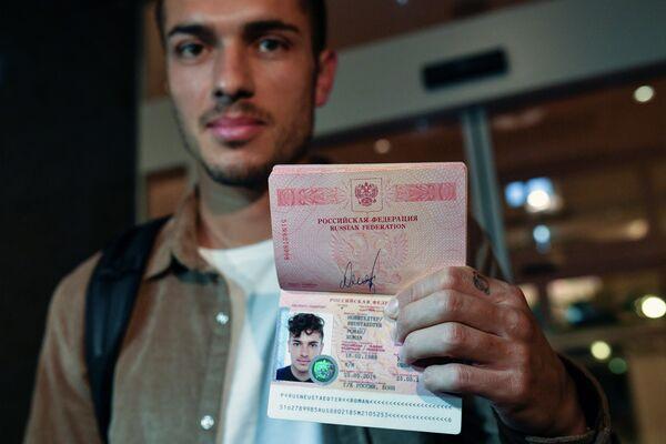 Футболист Роман Нойштедтер получил российский паспорт