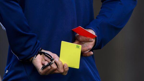 Красная и желтая карточка в футболе