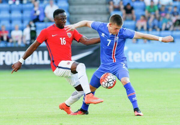 Игровой момент товарищеского матча между сборными Норвегии и Исландии