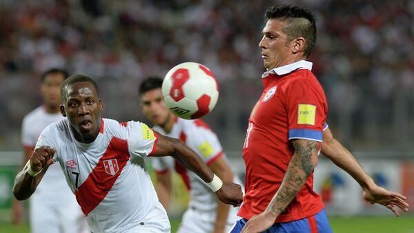 Полузащитник сборной Чили Марк Гонсалес (справа)