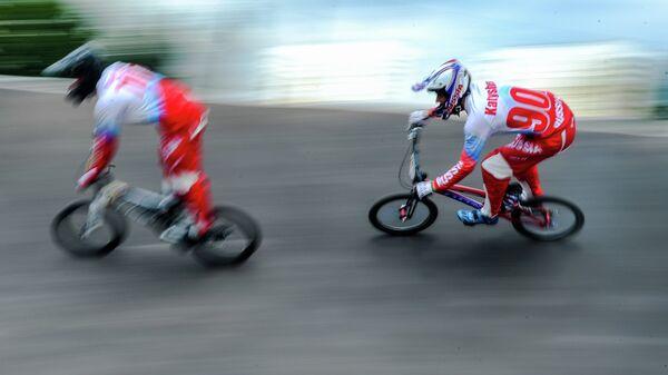 Спортсмены сборной России по велоспорту в дисциплине BMX Александр Катышев (справа) и Евгений Комаров во время тренировки