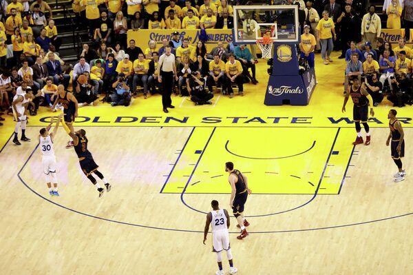 Игровой момент матча финала НБА Голден Стэйт - Кливленд