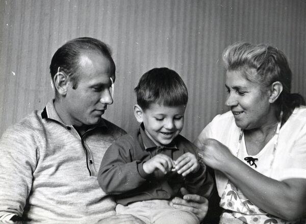 Юный Игорь Стрельцов (в центре) с отцом Эдуардом и бабушкой Софьей Фроловной