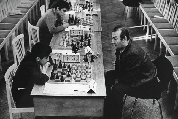 Гроссмейстер Виктор Львович Корчной (справа) и Гарри Каспаров
