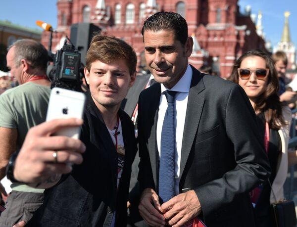 Фернандо Йерро фотографируется с любителями футбола