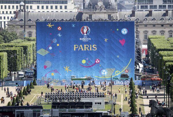 Подготовка фан-зоны Евро-2016 у Эйфелевой башни в Париже