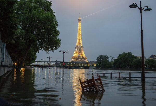 На набережной реки Сены во время наводнения в Париже. На дальнем плане - Эйфелева башня