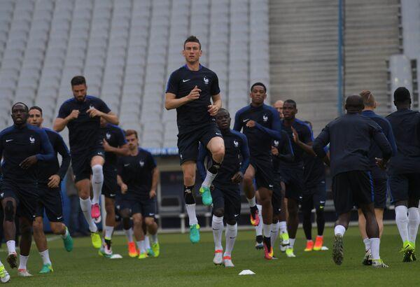 Футболисты сборной Франции. В центре на первом плане - Лоран Косельни