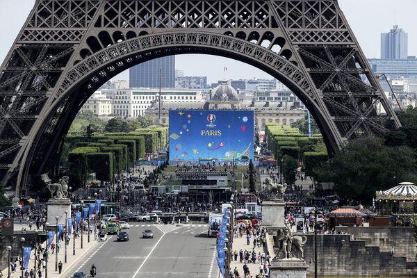 Фан-зона у Эйфелевой башни в Париже