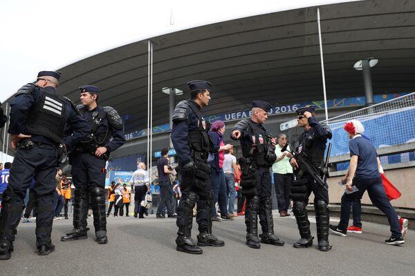 Представители полиции около стадиона Стад де Франс