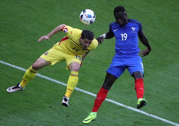 Форвард сборной Румынии Богдан Станку (слева) и защитник сборной Франции Бакари Санья