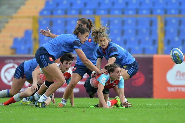 Игровой момент матча Европейской серии Гран-при по регби-7 между женскими сборными России и Франции