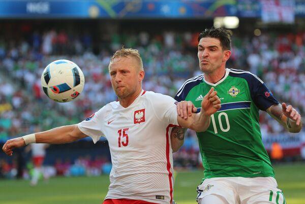 Защитник сборной Польши Камиль Глик (слева) и форвард сборной Северной Ирландии Кайл Лафферти