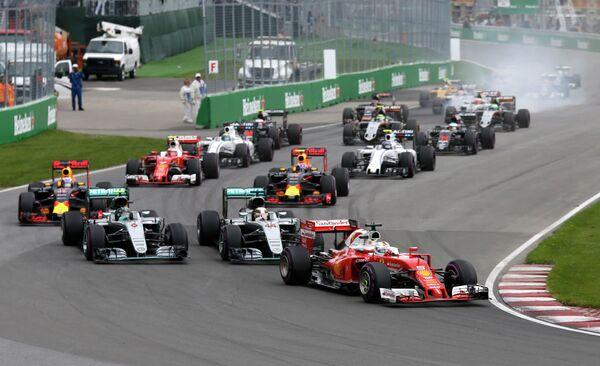 Гонщики на дистанции во время седьмого этапа чемпионата Формулы-1 - Гран-при Канады
