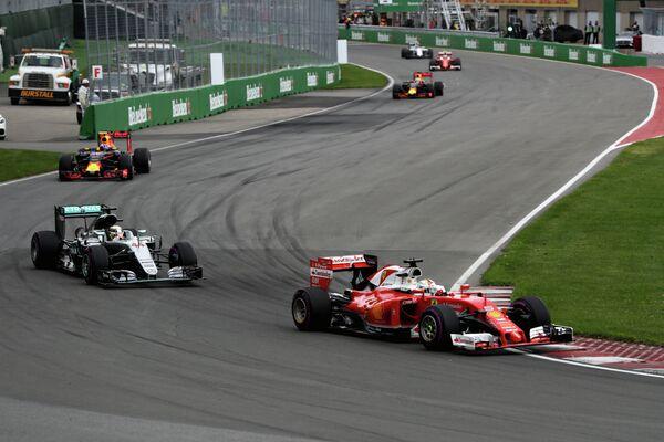Гонщик команды Феррари Себастьян Феттель, гонщик команды Мерседес Льюис Хэмилтон и гонщик команды Ред Булл Макс Ферстаппен (справа налево на первом плане)