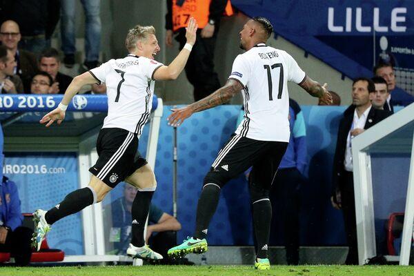 Футболисты сборной Германии Бастиан Швайнштайгер и Жером Боатенг (справа)