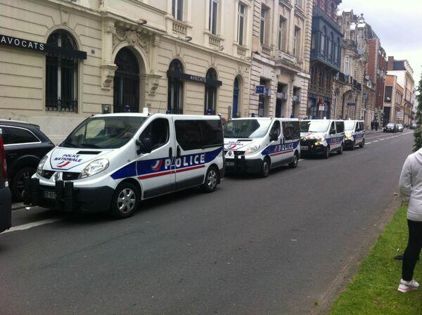 Автомобили французской полиции около отеля в пригороде Лилля
