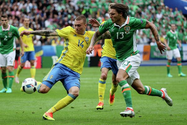 Защитник сборной Швеции Виктор Линделеф и полузащитник сборной Ирландии Джефф Хендрик (слева направо)