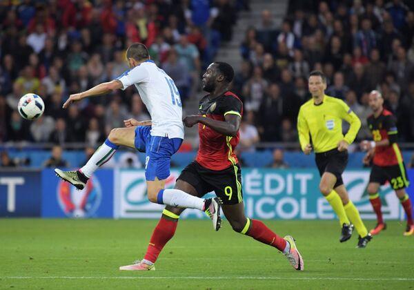 Защитник сборной Италии Леонардо Бонуччи (слева) и форвард сборной Бельгии Ромелу Лукаку