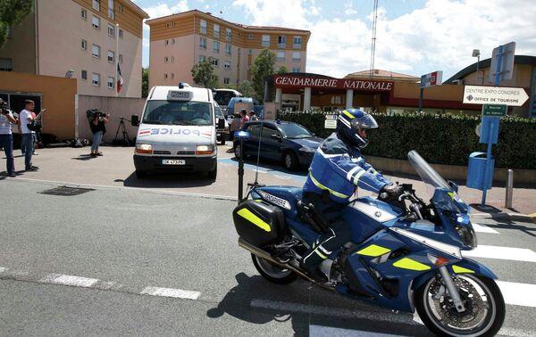 Французская полиция увозит российских болельщиков