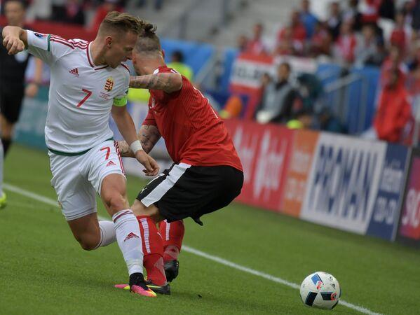 Полузащитник сборной Венгрии Балаж Джуджак (слева) и нападающий сборной Австрии Марко Арнаутович