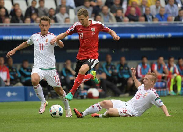 Нападающий сборной Венгрии Кристиан Немет, защитник сборной Австрии Флориан Кляйн и хавбек сборной Венгрии Ласло Кляйнхайслер (слева направо)