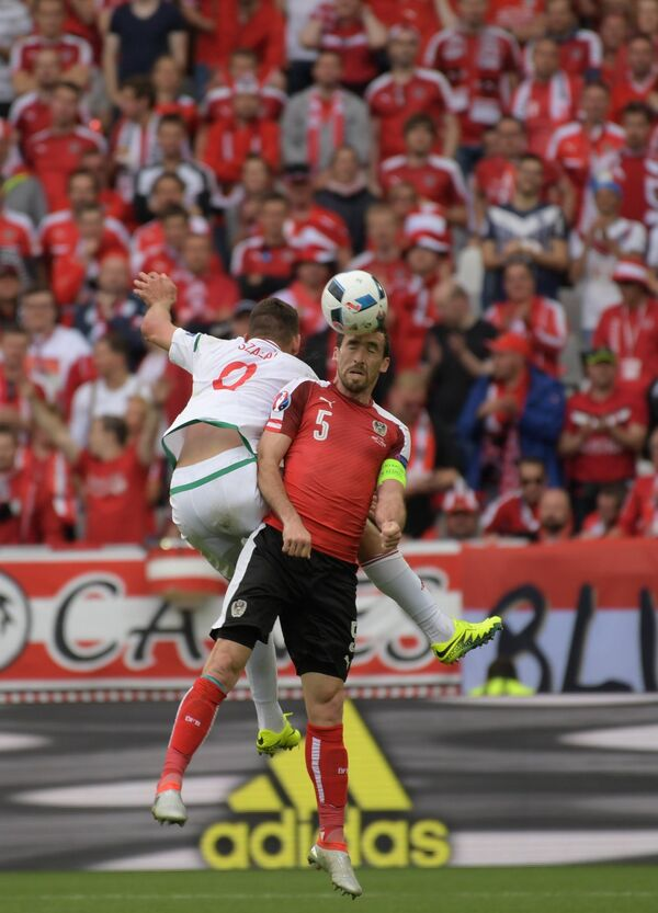 Нападающий сборной Венгрии Адам Салаи (слева) и защитник сборной Австрии Кристиан Фукс