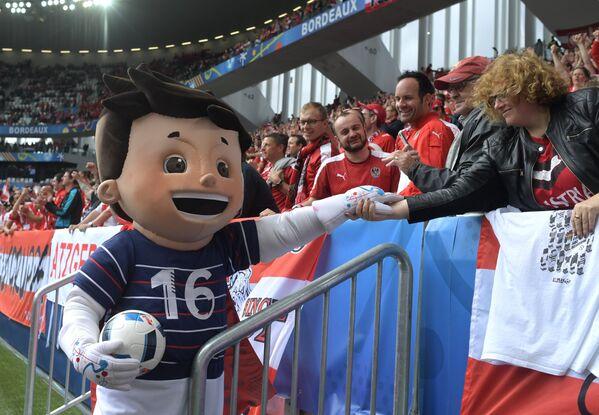 Австрийские болельщики с талисманом Евро-2016 Супер-Виктором