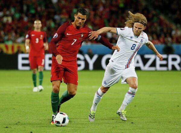 Игровой момент сборных Португалии и Исландии