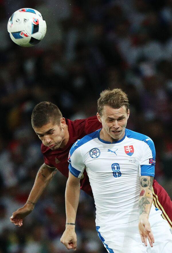 Защитник сборной России Роман Нойштедтер и полузащитник сборной Словакии Ондрей Дуда (слева направо)