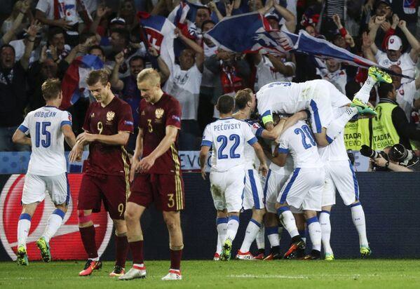 Футболисты сборной Словакии после забитого гола в ворота сборной России