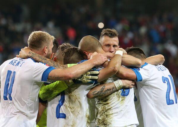 Футболисты сборной Словакии радуются победе