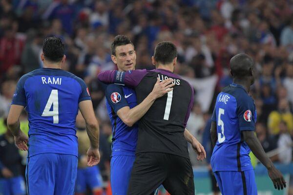 Футболисты сборной Франции Адиль Рами, Лоран Косельни, Уго Льорис и Н'Голо Канте (слева направо)