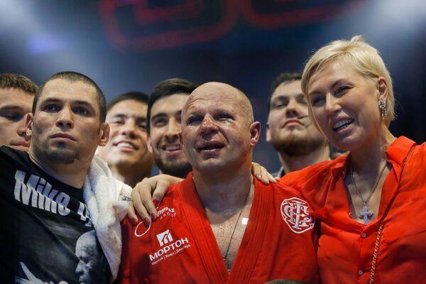 Федор Емельяненко (в центре)